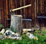 Rąbać drewno toporem